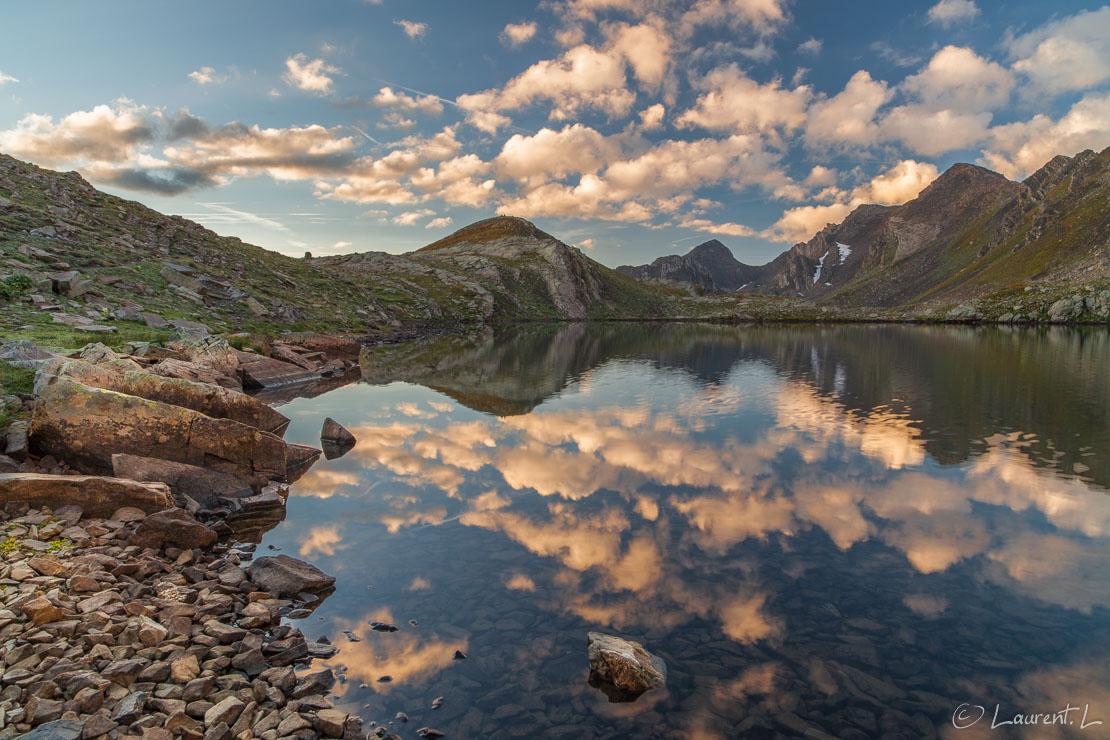 """Le soleil se lève sur le lac des Hommes     1/4 s à f/11 - 100 ISO - 21 mm     01/09/2013 - 07:19     44°22'23"""" N 6°51'47"""" E     2620 m"""
