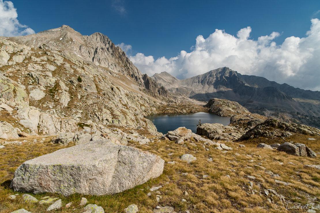 """Baisse du lac Nègre vers le lac des Bresses inférieur     1/80 s à f/8,0 - 100 ISO - 21 mm     08/09/2012 - 16:15     44°9'34"""" N 7°14'24"""" E     2496 m"""