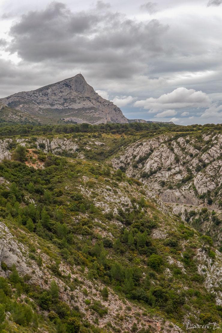 02/05/2014 - 13:36  |  Etape 9 : Puyloubier ↔ Aix-en-Provence / Jas-de-Bouffan (26,9 kms)  |  Au départ de cette nouvelle étape, je suis en pleine forme enfin rodé au Chemin. La montagne Sainte Victoire se dévoile dans mon dos telle une sentinelle, sous un angle immortalisé par Cézanne. Le vent souffle de plus en plus fort. Sans transition, j'entre ensuite dans la ville d'Aix-en-Provence après plusieurs jours à errer dans la garrigue, les pins et les vignes de la Provence intérieure.