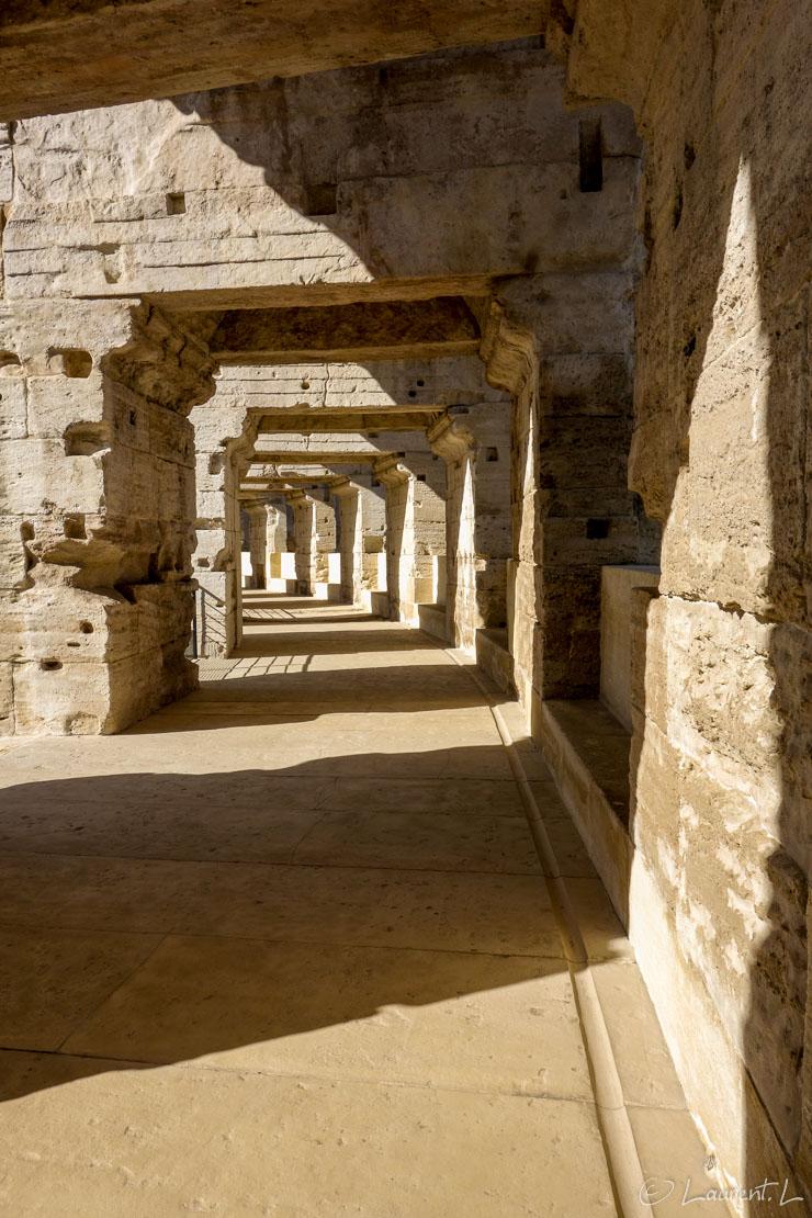 05/05/2014 - 17:44     Etape 12 : Maussane-les-Alpilles ↔ Arles nord (19,1 kms)     Cette douzième étape marque la fin de la via Aurelia (du GR653A) depuis mon départ d'Antibes, puisque me voilà arrivé enfin en Arles. Débute à partir du lendemain le Chemin d'Arles (GR653). Cette courte étape me donne l'occasion de visiter les arènes et l'amphithéâtre romain. Les perspectives dans les coursives des arènes donnent ici, avec un jeu d'ombres et de lumières, un effet graphique plaisant. Les monuments romains dans la ville et à proximité sont omniprésents.