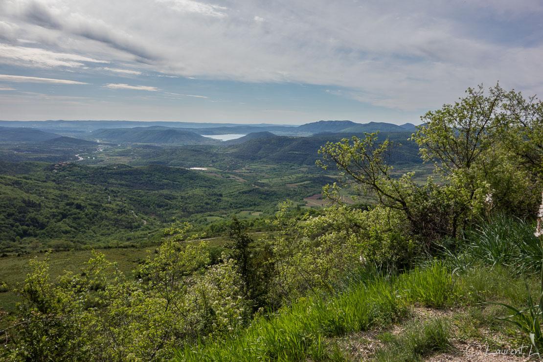 29/04/2015 - 10:19  |  Etape 21 : Lodève sud ↔ Lunas (26,8 kms)  |  En cette 21ème étape, j'aborde les tant convoitées montagnes du Haut Languedoc. Je suis dans une forme olympienne, aucun problème de pieds. En gravissant les premières pentes, j'aperçois au loin vers le sud le lac du Salagou (sur cette photo). Les paysages deviennent verdoyants, parsemés de prairies vertes et de bosquets de chênes ou de châtaigniers.