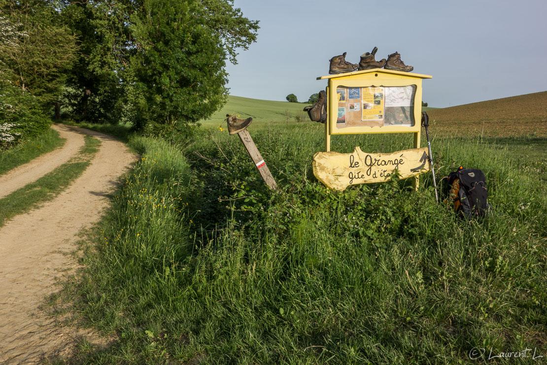 Etape 32 : Léguevin ↔ Giscaro / Le Grangé (30,7 kms)  |  11/05/2015 - 08:11  |  Cette étape est bien plus appréciable que la précédente. Je fais le choix de quitter Léguevin sur le Chemin de Compostelle historique daté de 1989 car plusieurs variantes selon les époques sont possibles. J'économise ainsi deux kilomètres mais je dois marcher sur des routes de campagne jusqu'à l'Isle-Jourdain. L'après-midi, je m'élève ensuite sur un parcours vallonné typique du Gers, j'aperçois au loin la chaîne des Pyrénées, fabuleux. J'arrive à mon gîte, Le Grangé, sous des températures estivales. Il est perdu au milieu de la campagne gersoise mais l'accueil de ce couple de pèlerins devenus hospitaliers vaut le détour.